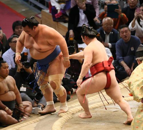琴奨菊(左)を引っ掛けで破る炎鵬(撮影・栗木一考)