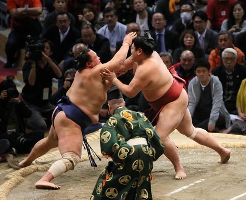 北勝富士(左)を突き出しで破る阿炎(撮影・栗木一考)