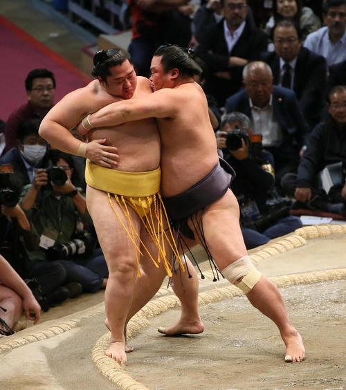 藤(左)を寄り切りで破る妙義龍(撮影・栗木一考)