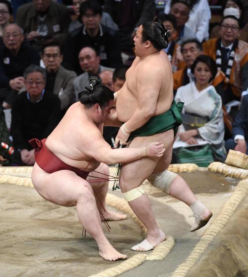 佐田の海を寄り切りで破る隆の勝(左)(撮影・今浪浩三)