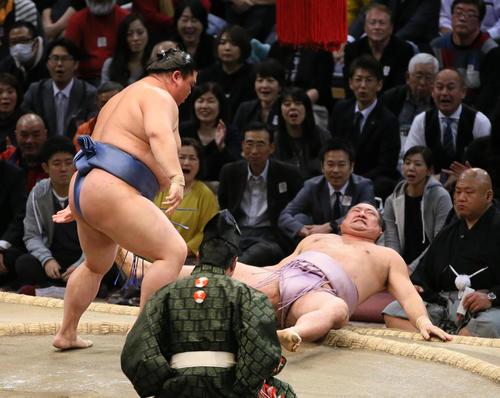 琴恵光(右)を押し倒しで破る正代(撮影・栗木一考)