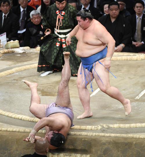 琴恵光を押し倒しで破る正代(右)(撮影・今浪浩三)