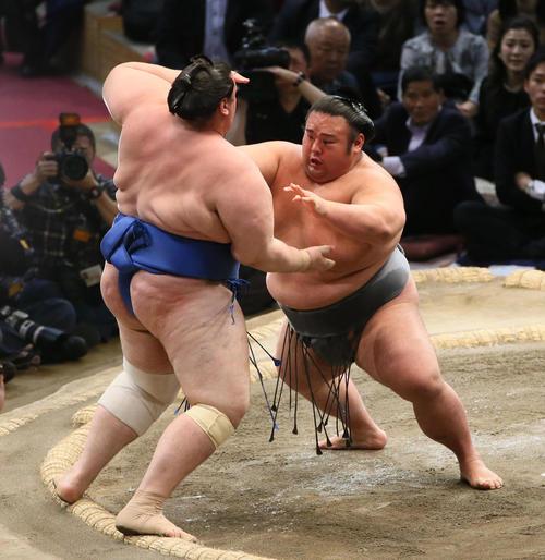 碧山(左)を押し出しで破る貴景勝(撮影・栗木一考)