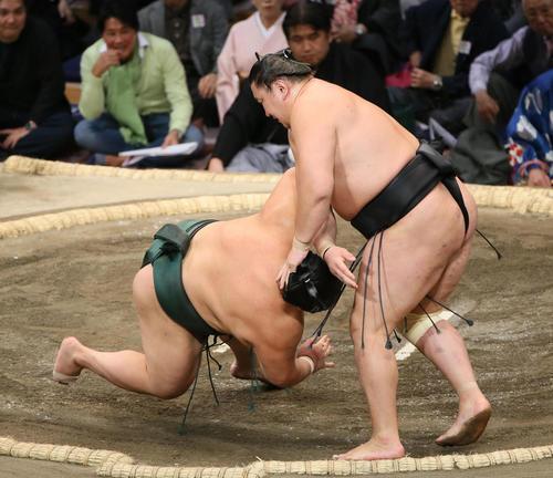 大翔丸(左)を素首落としで破る東龍(撮影・栗木一考)