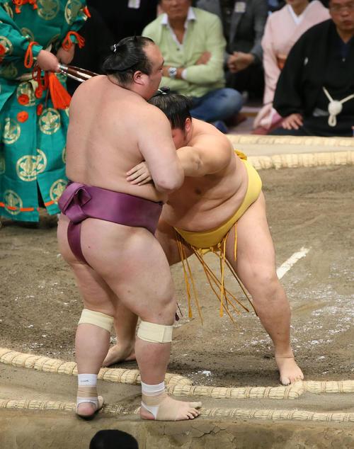 宝富士(左手前)を寄り切りで破る遠藤(撮影・栗木一考)
