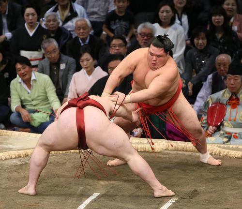 隆の勝(左)を突き落としで破る阿武咲(撮影・栗木一考)