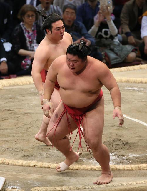 炎鵬(左奥)にすくい投げで敗れる大栄翔(撮影・栗木一考)