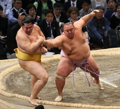 遠藤(左)を突き出しで破る琴勇輝(撮影・栗木一考)