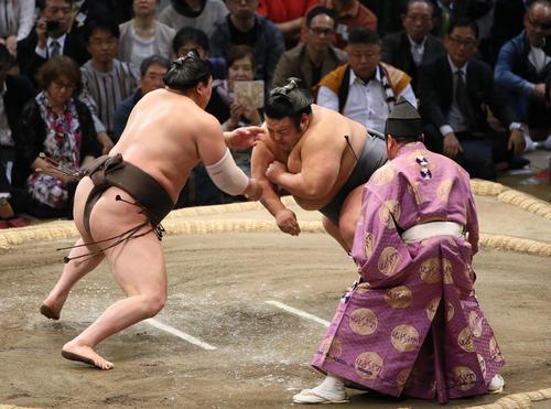 貴景勝(右)を寄り切りで破った白鵬(撮影・栗木一考)