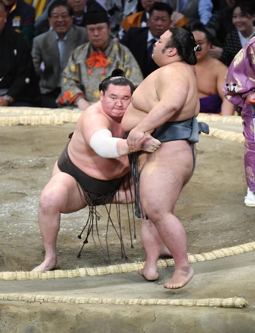 貴景勝を寄り切りで破る白鵬(撮影・今浪浩三)