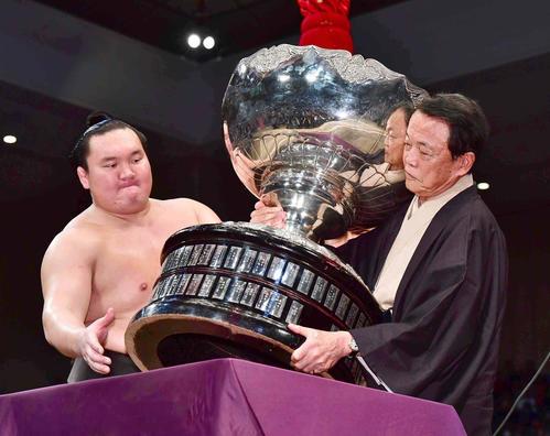 大相撲九州場所で優勝し麻生太郎副総理(右)から内閣総理大臣杯の贈呈を受ける白鵬(撮影・小沢裕)
