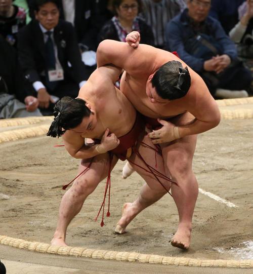 大栄翔(右)をすくい投げで破る炎鵬(撮影・栗木一考)