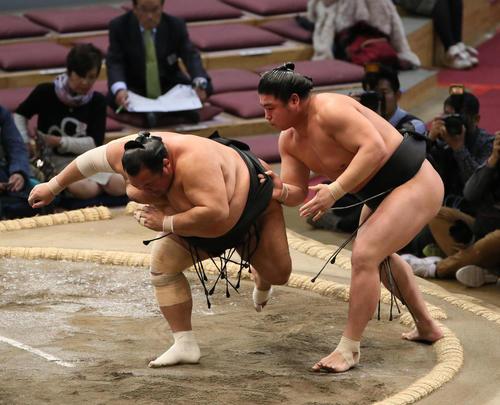 豊ノ島(左)を上手出し投げで破る若元春(撮影・栗木一考)
