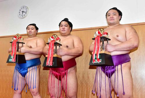 大相撲九州場所で三賞を受賞した、左から敢闘賞の正代、殊勲賞の大栄翔、技能賞の朝乃山(撮影・小沢裕)