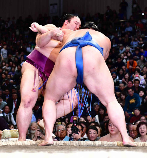 朝乃山(左)は正代に寄り切りで敗れる(撮影・小沢裕)