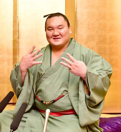 大相撲九州場所の一夜明け会見で通算優勝回数「43」のポーズを披露する白鵬(撮影・小沢裕)