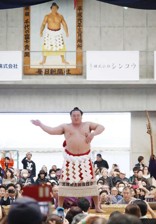 沖縄・うるま市で行われた冬巡業で、元横綱千代の富士の優勝額が飾られる中、土俵入りを行う白鵬(撮影・佐藤礼征)