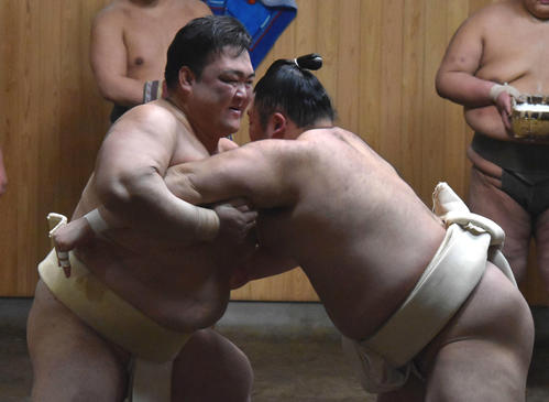 新関脇朝乃山(右)と三番稽古をする荒磯親方