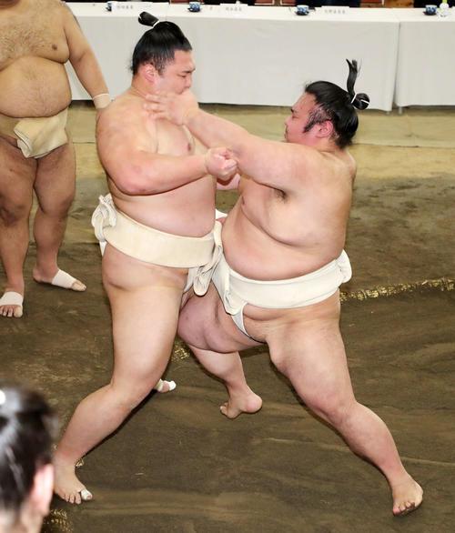 朝乃山(左)を激しく攻める貴景勝(撮影・鈴木正人)