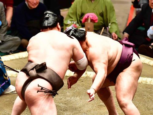 立ち合いで白鵬(左)のかち上げを受ける遠藤(撮影・小沢裕)