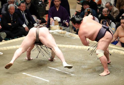 白鵬(左)を突き落としで破る妙義龍(撮影・鈴木正人)