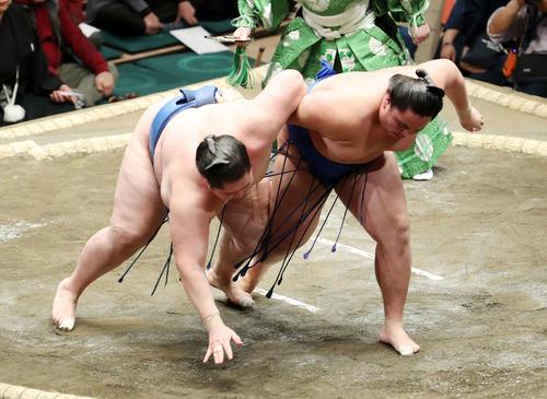 逸ノ城(左)を下手投げで破る琴勝峰(撮影・鈴木正人)