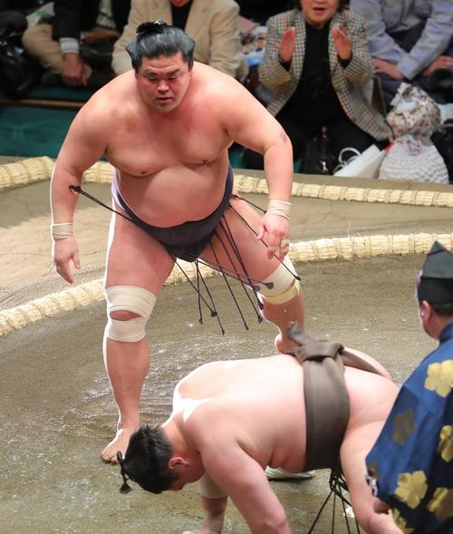 白鵬(右)を突き落としで破る妙義龍(撮影・河田真司)
