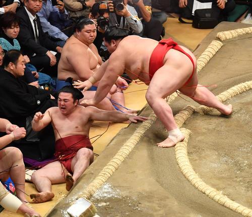 炎鵬(左)は阿武咲に寄り倒しで敗れる(撮影・柴田隆二)