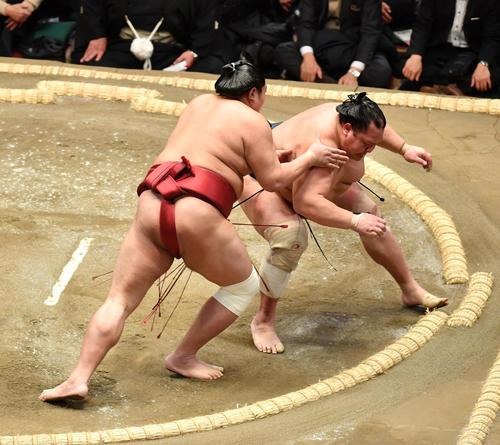 阿炎(左)は北勝富士を送り出しで破る(撮影・柴田隆二)