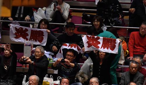 炎鵬の応援タオルを掲げるファン(撮影・柴田隆二)
