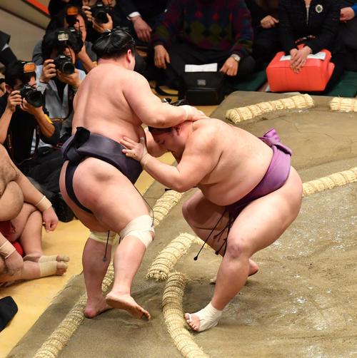 朝乃山(右)は妙義龍を寄り切りで破る(撮影・柴田隆二)