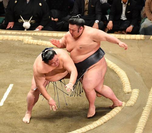 貴景勝(右)は御嶽海を突き落としで破る(撮影・柴田隆二)