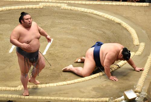 貴景勝(左)は御嶽海を突き落としで破る(撮影・柴田隆二)