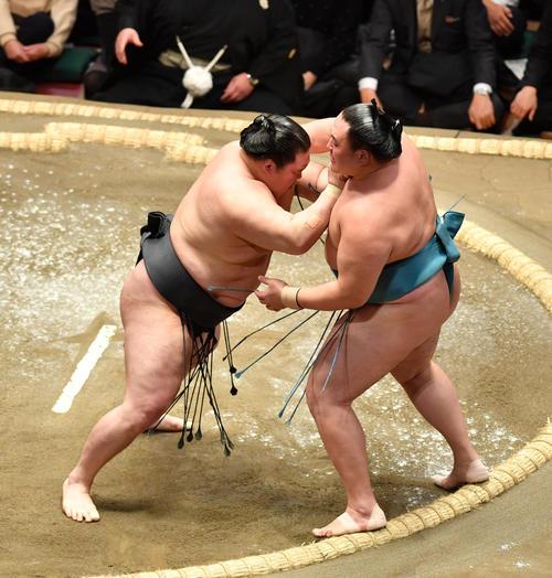 豪栄道(左)は玉鷲を押し出しで破る(撮影・柴田隆二)