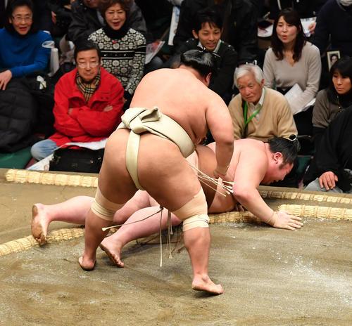 志摩ノ海(手前)は剣翔を寄り倒しで破る(撮影・柴田隆二)