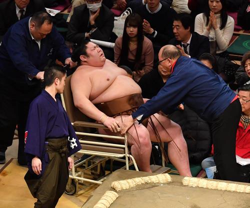 志摩ノ海に敗れた剣翔は負傷し車いすで運ばれる(撮影・柴田隆二)