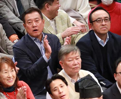 大相撲初場所を熱心に観戦する巨人原監督(左)(撮影・中島郁夫)