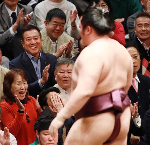 大相撲初場所で勝った遠藤(手前)に拍手を送る巨人原監督(撮影・中島郁夫)