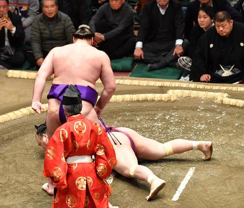 栃ノ心(手前)は宝富士をはたき込みで破る(撮影・柴田隆二)