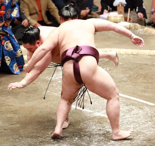 玉鷲(左)をとったりで破る遠藤(撮影・中島郁夫)