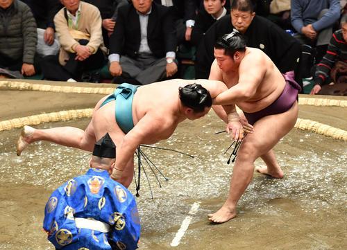 遠藤 (右)は玉鷲をとったりで破る(撮影・柴田隆二)