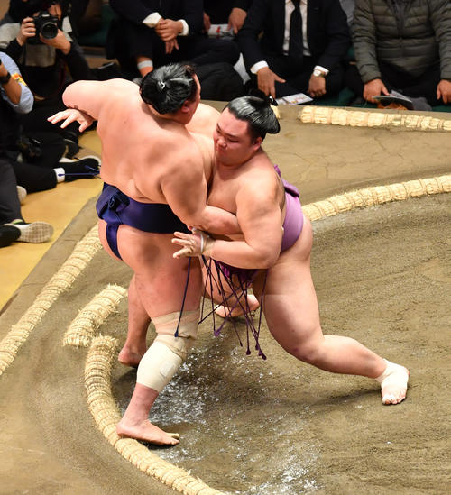 朝乃山(右)は北勝富士を寄り切りで破る(撮影・柴田隆二)