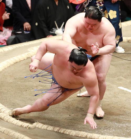 正代(左)を送り倒しで破る豪栄道(撮影・中島郁夫)
