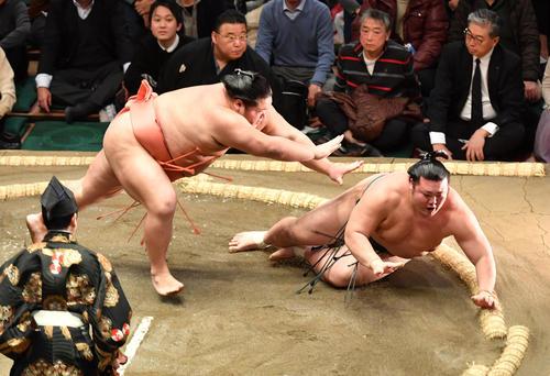 千代大龍(左)は豊山を突き倒しで破る(撮影・柴田隆二)