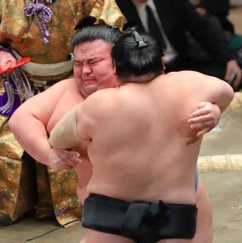 隠岐の海(右)を攻める貴景勝(撮影・河田真司)
