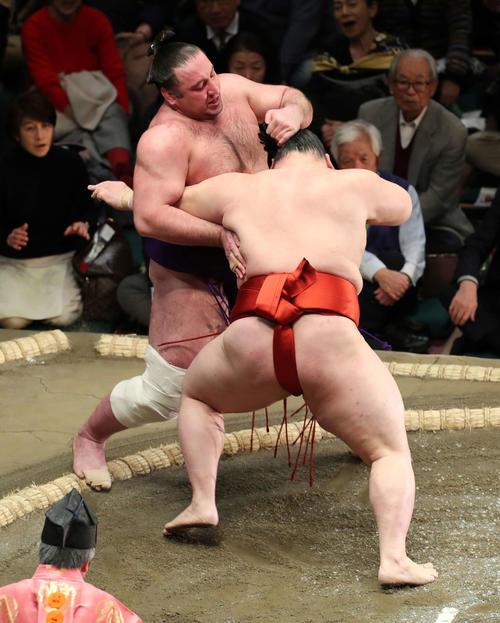 栃ノ心(左)を押し出しで破る隆の勝(撮影・鈴木正人)