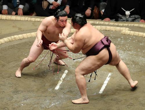 遠藤(右)を激しく攻める炎鵬(撮影・鈴木正人)