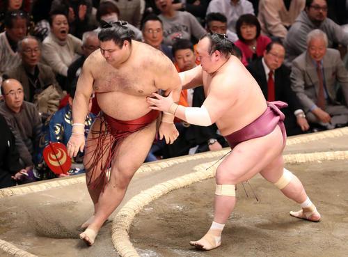 高安(左)を押し出す宝富士(撮影・狩俣裕三)
