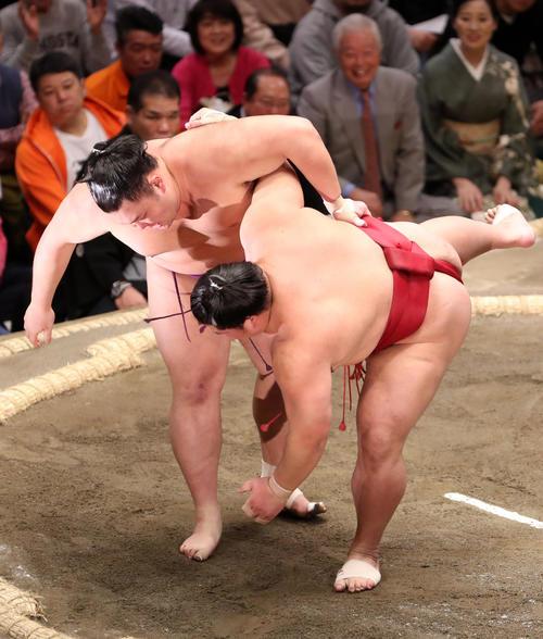 大栄翔(右)を上手投げで破る朝乃山(撮影・狩俣裕三)