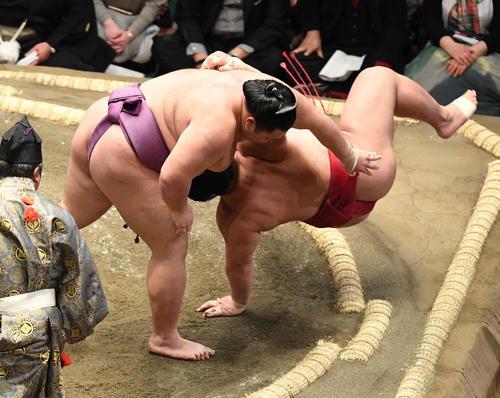 朝乃山(左)は上手投げで大栄翔を下す(撮影・小沢裕)